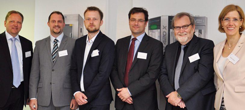 Die Referenten des bdvi-Fachtags (v. l. n. r.): Dr. Torsten Schmidt-Bader, Geschäftsführer moveproTEC (Bad Homburg v. d. H.), Sebastian Fries, Bereichsleiter Produktmanagement KBA-Metronic GmbH (Veitshöchheim), Steve Paschky, Geschäftsführer Saralon GmbH (Chemnitz), Paulo Alexandre, CEO der Romaco Group (Karlsruhe), Wolfgang Bossert, Geschäftsführer PaperGate GmbH (Eberdingen), Sonja Bähr, Geschäftsführerin des Verpackungsnetzwerks bdvi (Berlin).