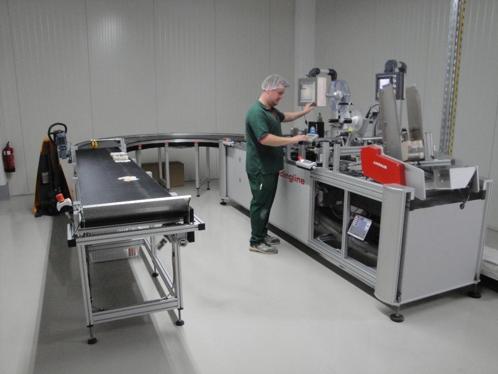 Mit der Codierlinie im PHARMACENTER Berlin bietet rlc Effizienz und hohe Prozesssicherheit. Auf der Maschine können in einem Arbeitsgang Etiketten aufgebracht und serialisiert werden.