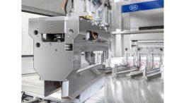 Mit dem Robotic Magazine (R-CAM) werden Packungsmäntel automatisch in die entsprechende Bahn der Füllmaschine gefüllt. Bild: SIG Combibloc bei Arla Foods