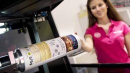 Kinderleicht können Kunden im Heidelberger mymuesli-Shop ihre Verpackung mit Farbmotiven und Text selbst dekorieren, beim Bedrucken zusehen und alles gleich mit nach Hause nehmen. ckweighers-Lösungen. Bild: Heidelberger