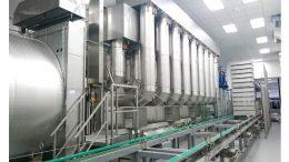 Mit dem Chargen-Durchlauftrockner für den Pharmabereich (hier für Infusionsflaschen) können Produkte aller Art getrocknet und auch gekühlt werden.