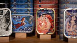 Viele Dosen sind kleine Kunstwerke und längst zu Sammlerstücken geworden. (Bild: Hans Scherhaufer)