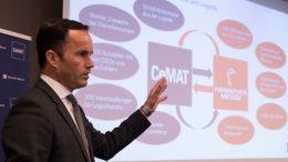 Dr. Jochen Köckler, Mitglied des Vorstandes derm Deutschen Messe AG, präsentiert das neue CeMAT-Konzept im Rahmen einer Pressekonferenz in Frankfurt. (Bild: Deutsche Messe AG)