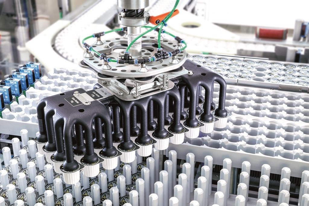 Die verstellbaren Roboterwerkzeuge wurden im 3-D Druckverfahren speziell für die Handhabung der Milchportionspackungen angefertigt.