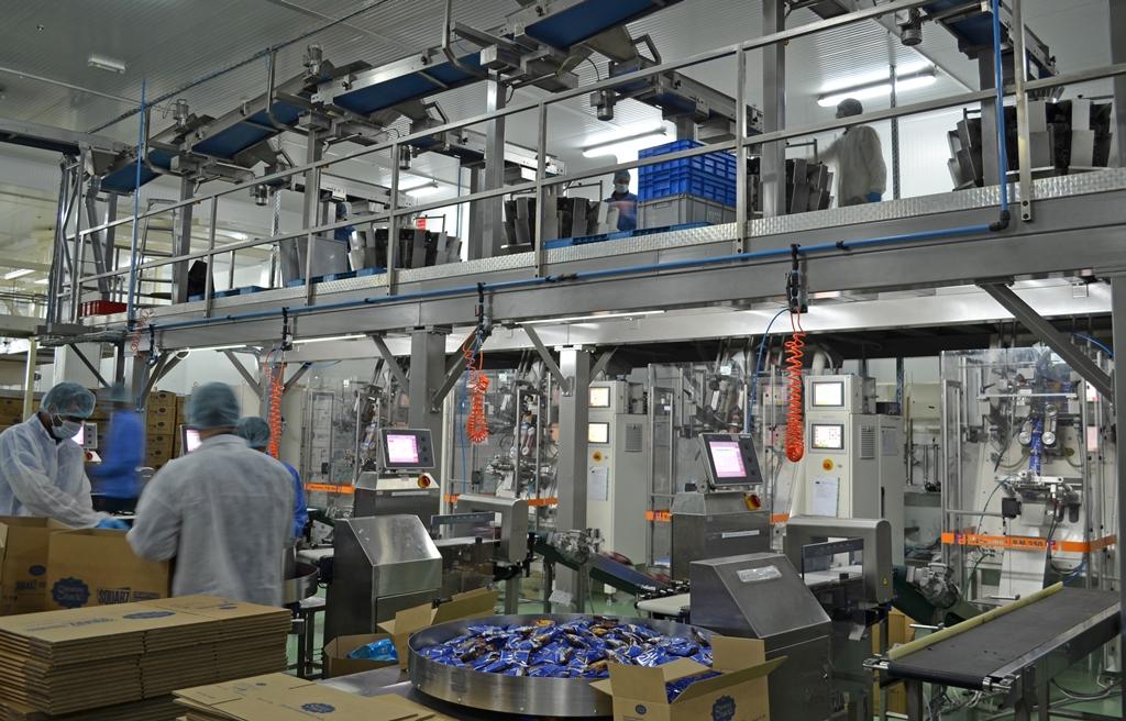 Sechs Verpackungslinien mit Mehrkopfwaagen und vertikalen Schlauchbeutelmaschinen verpacken pro Stunde drei bis vier Tonnen Snacks.
