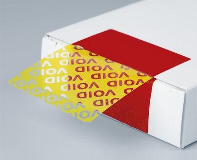 Beim erstmaligen Abziehen löst sich aus einer einheitlichen Farbfläche eine sichtbare Botschaft irreversibel heraus (hier eine allgemeine Darstellung).