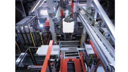 Hochmoderne Mehrschichtextrusionsblasanlage in der Schütz IBC-Produktionslinie.