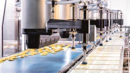 Die Produkte werden durch Teilmaschinen geführt, die über insgesamt neun F4-Roboter verfügen.