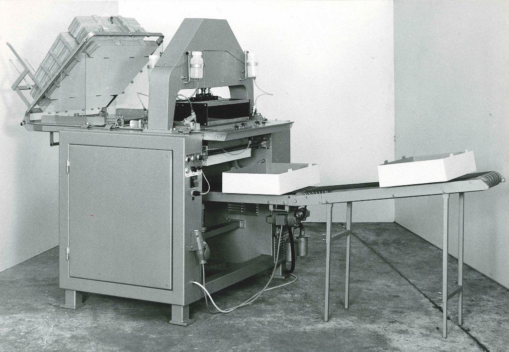 Mit dem Kartonaufrichter vom Typ CB 30 aus dem Jahr 1970 wurden die Zuschnitte aufgerichtet. Die Kartonbeladung erfolgte manuell, die Verklebung mit Kaltleim. (Bild:KHS)