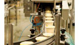 Becherverpackungen mit Milchreis haben ein Röntgenprüfsystem durchlaufen.