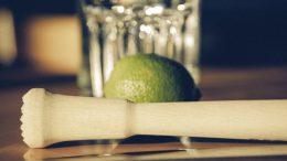 Ob Gratisglas, Barmaß oder Stößel: On-Packs wie diese verführen nicht nur Cocktailliebhaber zum spontanen Kauf von Spirituosen. (Bild: pixabay.de)