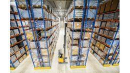 Die neue 12.000 Quadratmeter große, temperierte Lagerhalle bietet mit Hochregalen auf acht Ebenen Platz für mehr als 20.000 Paletten. Bild: B+S