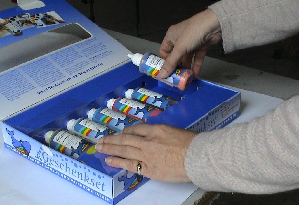 Bestückung: Eine Geschenkpackung wird mit verschiedenen Komponenten befüllt. (Bild: Naatz)