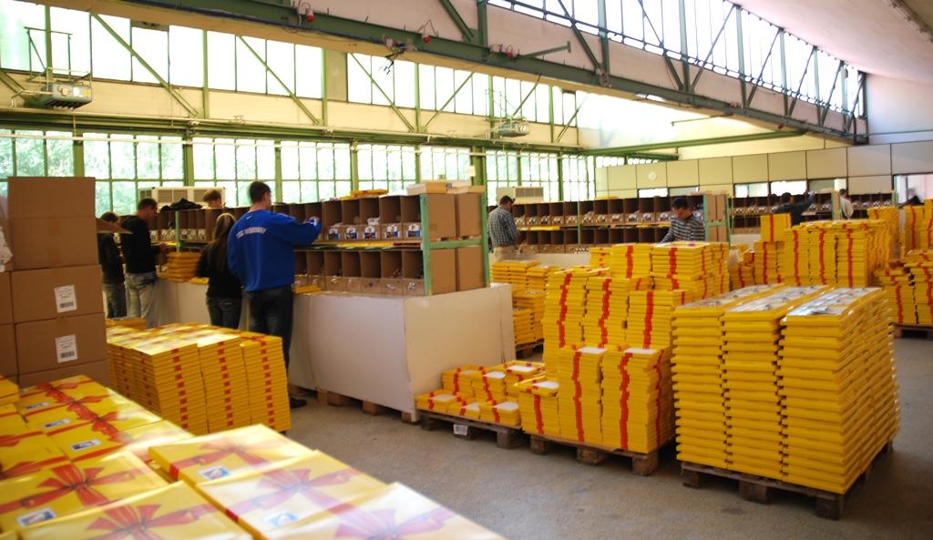 Konfektionierung: Für die Deutsche Post AG werden werthaltige Sets zusammengestellt. (Bild: Naatz)