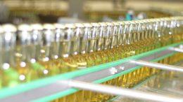 Bis zu 60.000 Flaschen werden auf einer der Flaschenlinien jede Stunde abgefüllt. (Bild: broesele)