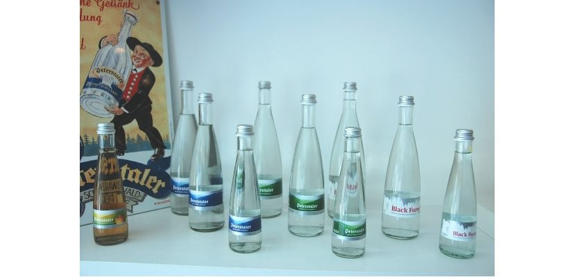 Fünf verschiedene Glasgebinde werden ausgestattet. (Bild Robatech)