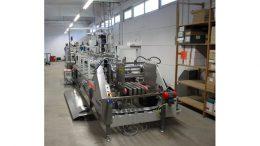 Die neue Bobs-Faltschachtel-Klebemaschine in der Egger-Produktionshalle. Bild: Egger