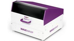 """Die """"WaveWrap""""-Maschine faltet die manuell eingeführten Wellpappebögen. Sicher verschlossen wird die Faltschachtel durch leichten Druck ohne zusätzliche Klebefilme oder Packbänder. (Bild: WavePack GmbH)"""