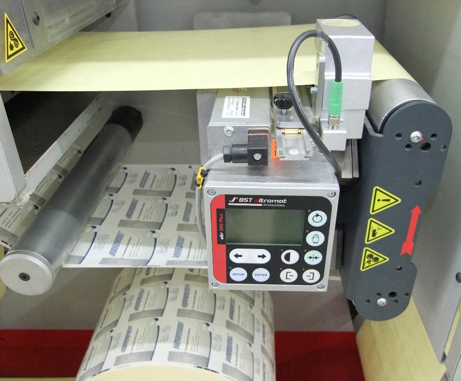 Eine Bahnlaufregelung CompactGuide in einer Weiterverarbeitungsmaschine von GM.