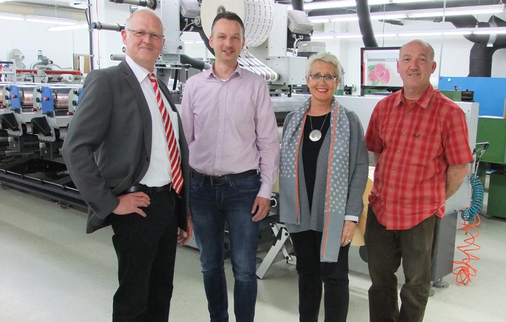 Sorgen in der Etikettenproduktion bei bsb-label gemeinsam für die Qualitätssicherung (von rechts nach links): Peter Bellmann, Brigitte Alers, Daniel Dießelhorst und Eckart Schmieding (BST eltromat).