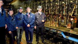 Bei einem Werksrundgangwurde die neue Produktionsanlage vorgestellt. Ganz rechts: Werksleiter Dr. Cyril Thybaut. Bild: Grayling Deutschland