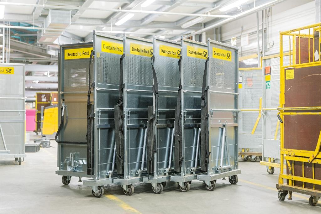 Metall Wanzl 2 DHL Container ineinandergeschoben