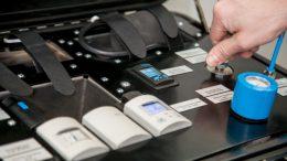 Auch wenig erfahrene Anwender sollen den Beumer bag tester schnell und einfach bedienen können. Bilder: Beumer Group GmbH & Co. KG