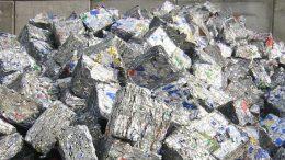 Das waren mal Getränkedosen: In gepresster Form gelangen die Aluminiumverpackungen in die Wiederverwertungsanlage.