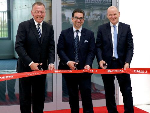 Dr.-Ing. Olaf Weiland, Guido Déus und Andreas Lichtenauer weihen die neue Kautex-Montagehalle ein