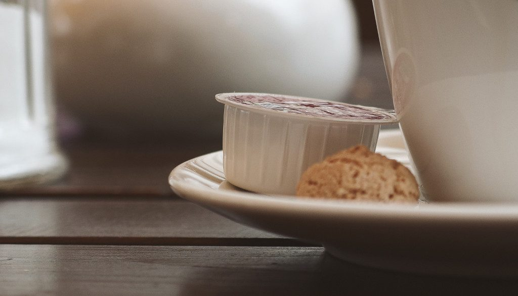 Klassische Kaffeemilchkapseln aus Kunststoff