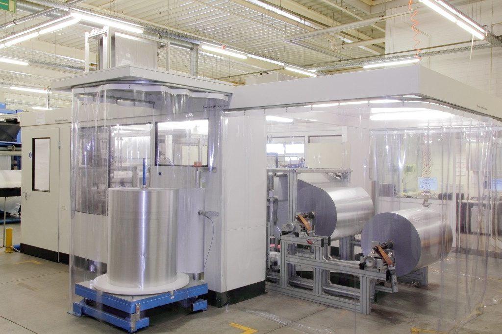 Blick in einen Reinraum mit automatischer Folienproduktionsanlage