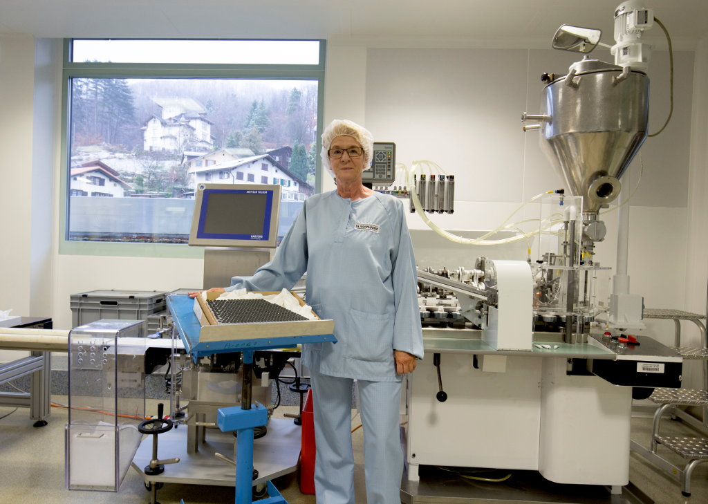 Silvia Knobel vor dem Tubenfüller
