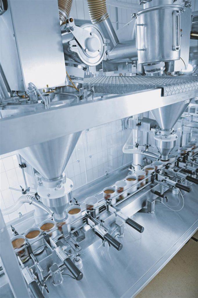 Die Kleinverpackungsanlage ist für die Abfüllung von Nahrungsergänzungsprodukten und granulierten, extrudierten oder pulverförmigen Lebensmitteln in Dosen ausgelegt.