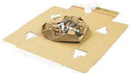 Die flexible Papiereinlage umschließt und schützt das Versandgut bereits optimal und macht den Einsatz weiterer Füllmaterialen aus Luftpolsterfolie, Schaum oder Papier überflüssig.