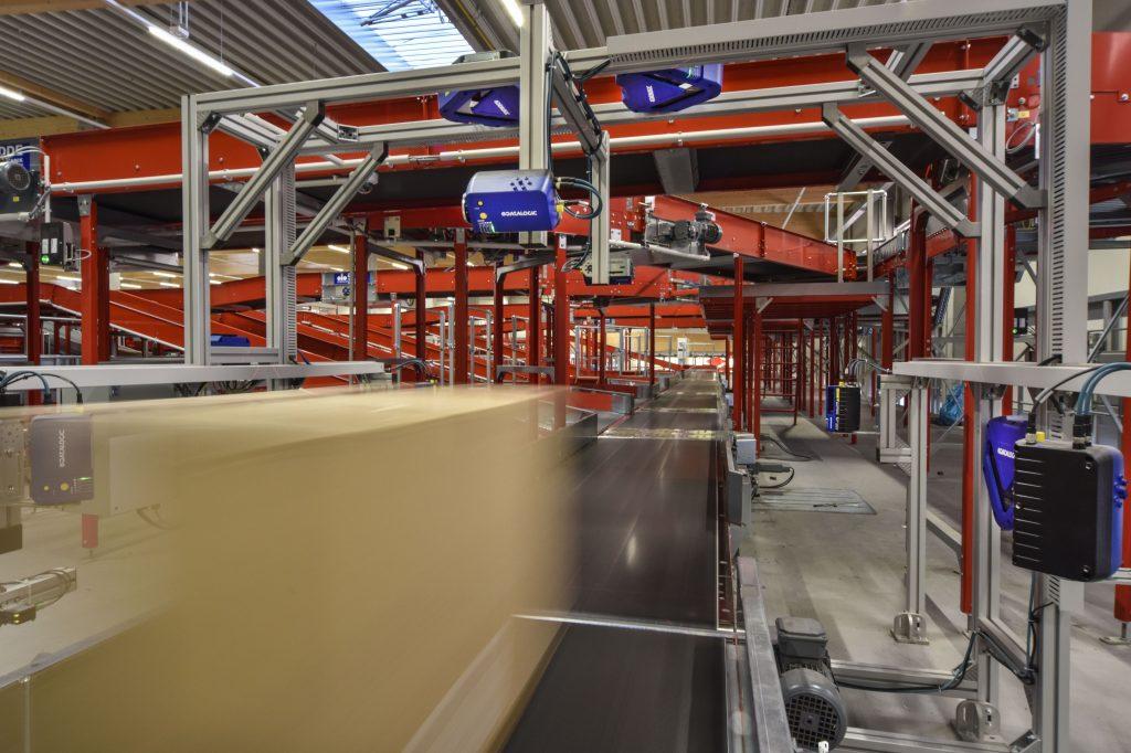 An den Scan-Sorterstationen ist neben absoluter Lesesicherheit die Fähigkeit höchster Flexibilität bei wechselnden Paketgrößen gegeben.