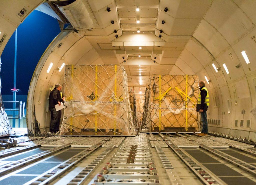 Maßarbeit im Flugzeugbauch. (Bild: Allgaier Verpackungs GmbH & Co. KG)