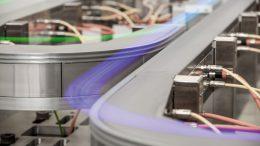 Mithilfe einer Weiche kann der Produktstrom auf mehrere parallele Bearbeitungsstationen verteilt und anschließend wieder zusammengeführt werden.