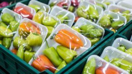 Verpackungen im Lebensmitteleinzelhandel (Bild: Goncharov_Artem/shutterstock.com)