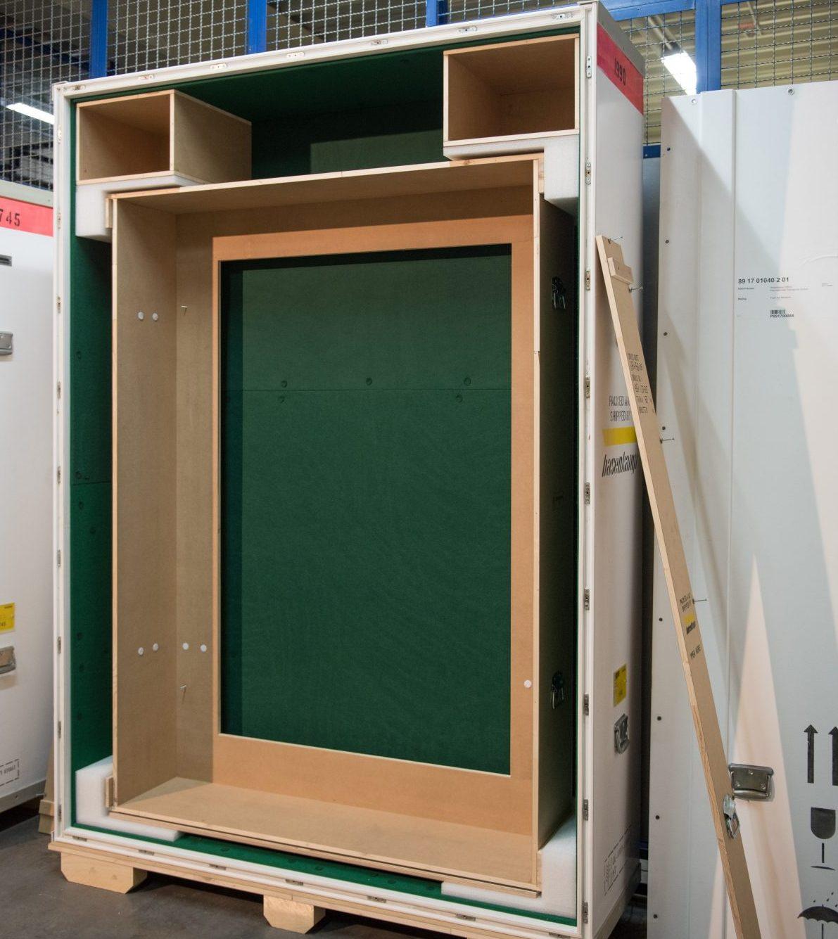 Eine leere Klimakiste mit Innenkiste zum kontaktfreien Transport eines modernen Gemäldes. (Bild: Thekla Ehling)