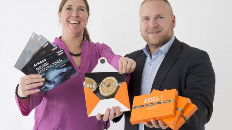 """Kartonveredelung Knapp zeigt eine """"Food""""-Musterbox und eine Kartonverpackung mit Hologrammen"""