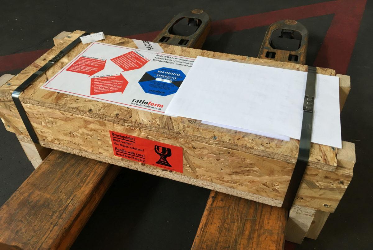 Luftfracht-Versandstück wird verladen. (Bild: PortGround)