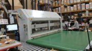 Aufstellung der Packsize EM7 bei Loewe in Herford mit Querförderband (Bild: Packsize GmbH)