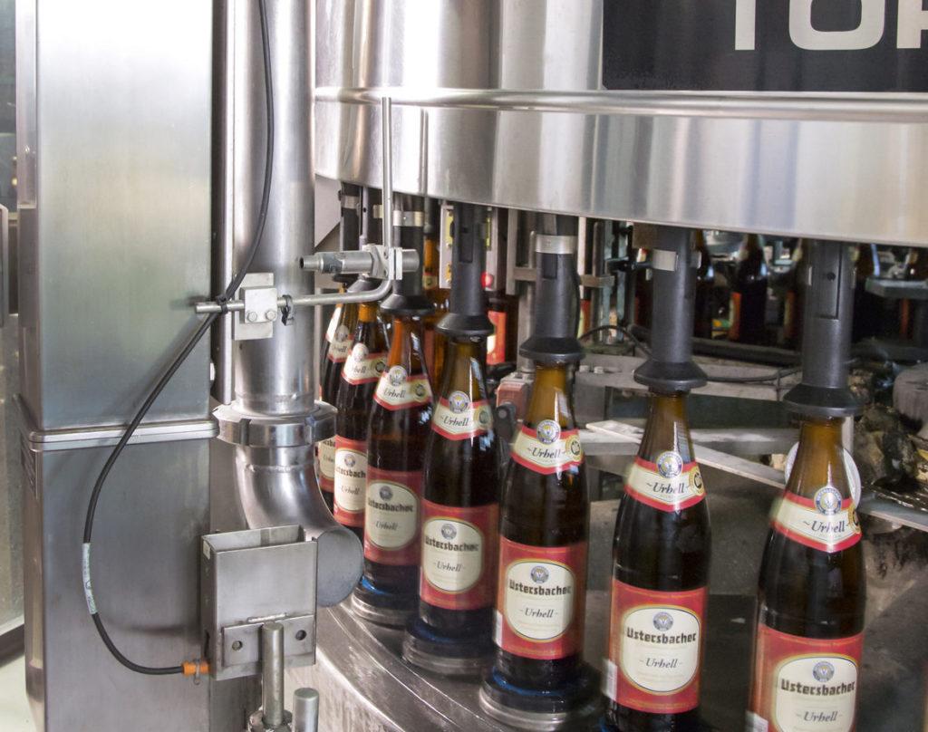 Der an der Krones-Anlage installierte Laser e-SolarMark HD kennzeichnet auch in rauen Produktionsumgebungen zuverlässig. (Bild: Bluhm Systeme GmbH))