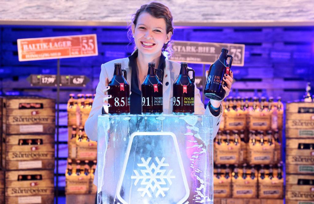 Christine Lorenz von der Störtebeker Braumanufaktur präsentiert die vier Eisbock-Biere im Growler. (Bild: Störtebeker Braumanufaktur GmbH)