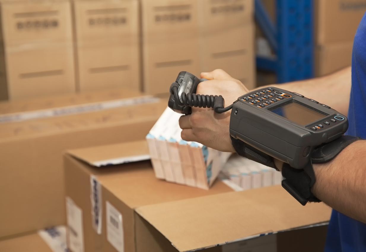 Es erfolgt die Konsolidierung von Einzelartikeln zu Umverpackungen. (Bild: istockphoto.com/© travenian)