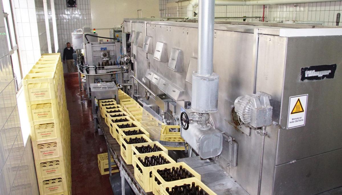 Die enge, kleine Abfüllanlage hat eine Leistung von 5.000 Flaschen pro Stunde. (Bilder: broesele)