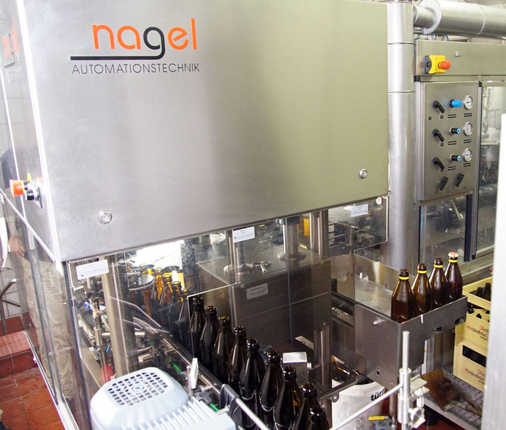 Die kompakte Vollinspektionsmaschine passt perfekt in die Lücke zwischen Flaschenwaschmaschine, Auspacker und Füller. (Bild: broesele)