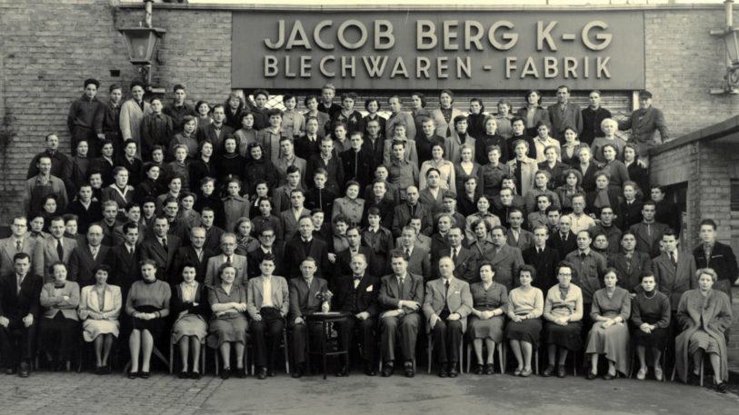 Die Mitarbeiter der Jakob Berg Blechwaren Fabrik 1926. (Bild: Bericap)