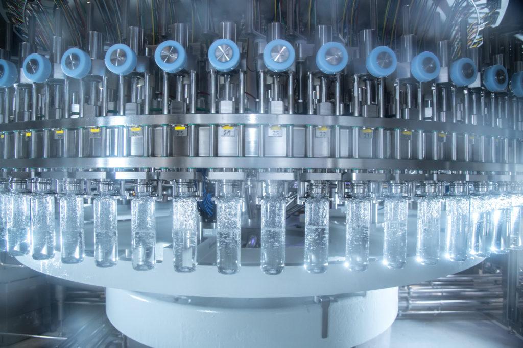 """""""Da wir auf der neuen PET-Linie bislang nur stilles Wasser abfüllen, war uns eine hohe mikrobiologische Sicherheit besonders wichtig"""", erläutert Olaf Grimsmo. (Bild: Krones AG/Theresa Stanglmair)"""