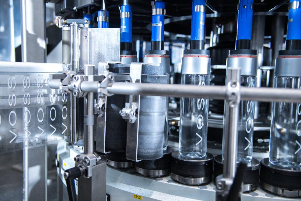 Die Glas- und PET-Behälter werden mit der Etikettiermaschine Autocol mit zwei Aggregaten mit Selbstklebeetiketten ausgestattet. (Bild: Krones AG/Theresa Stanglmair)